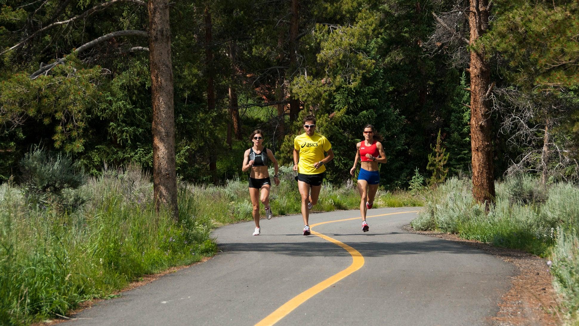 group doing half marathon training