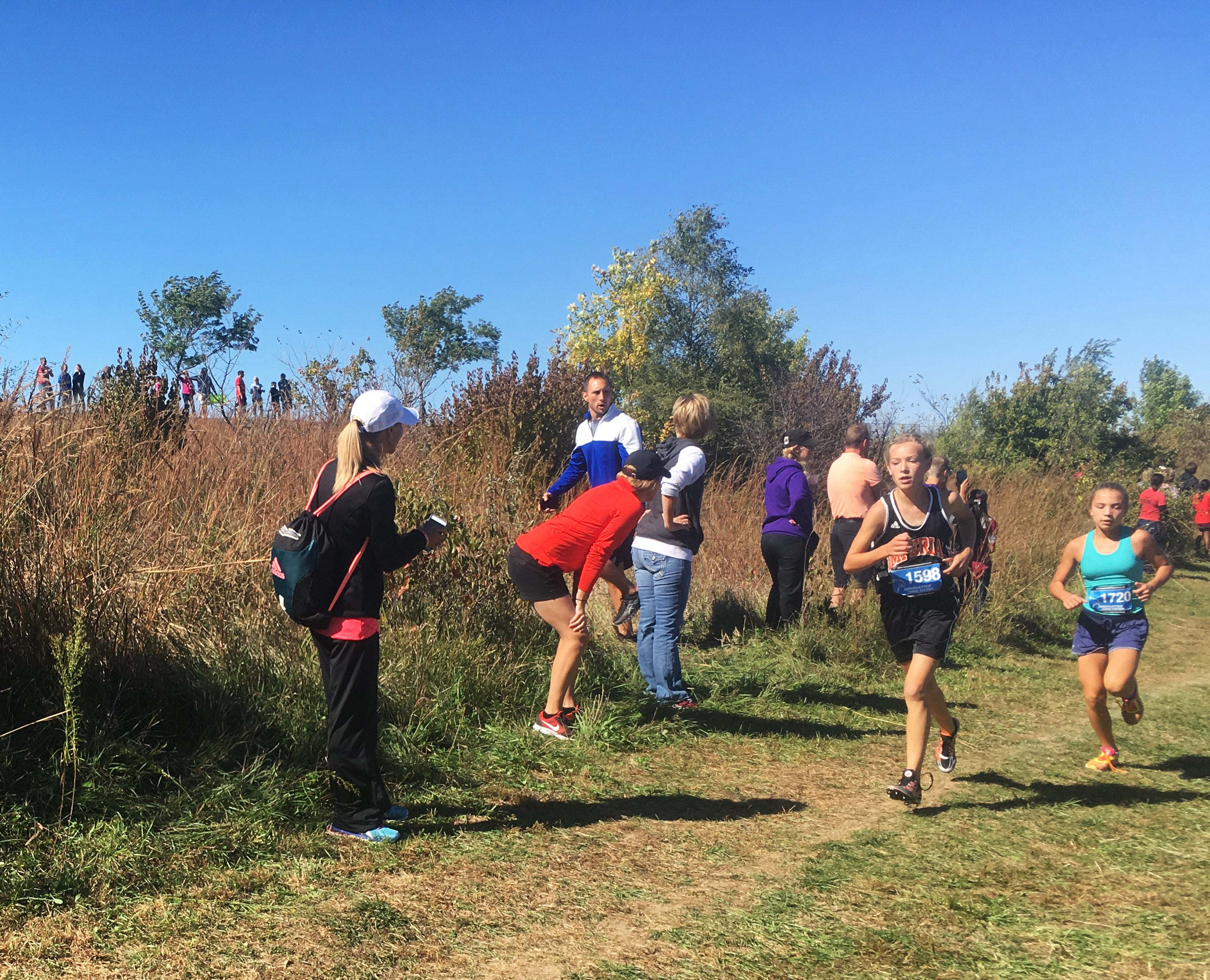 parents cheering cross country runners