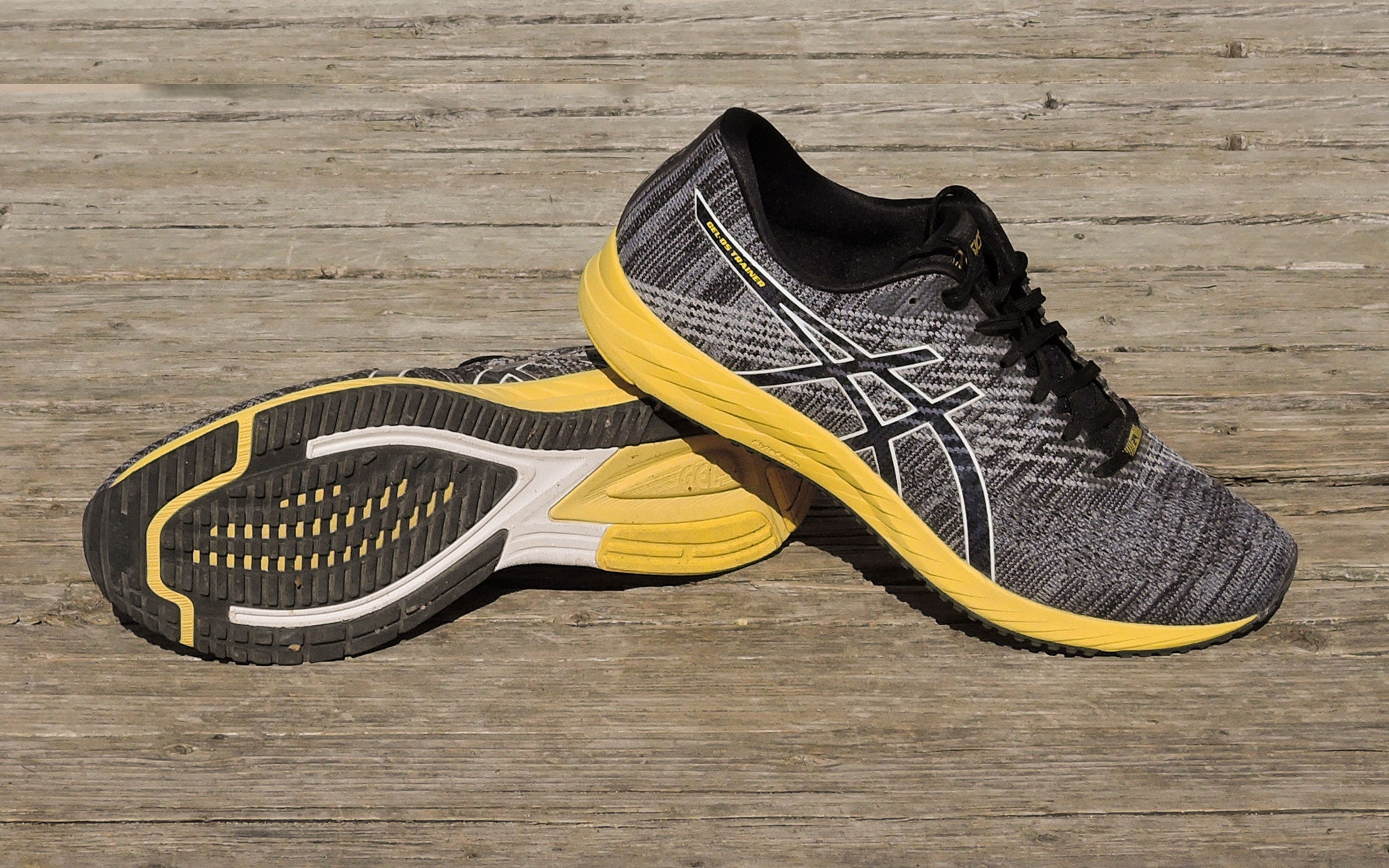 Asics connected shoe for trail running in black and yellow