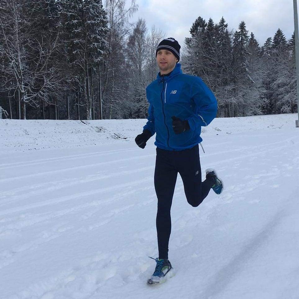 Antii-Pekka Niinistö se entrena en la nieve en Turku, Finlandia, la ciudad natal de Paavo Nurmi