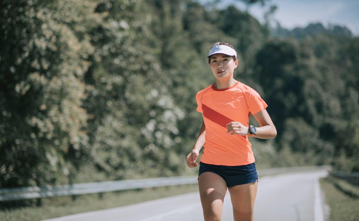 Las mujeres deporte mujer atleta corriendo practicando durante la mañana del fin de semana.