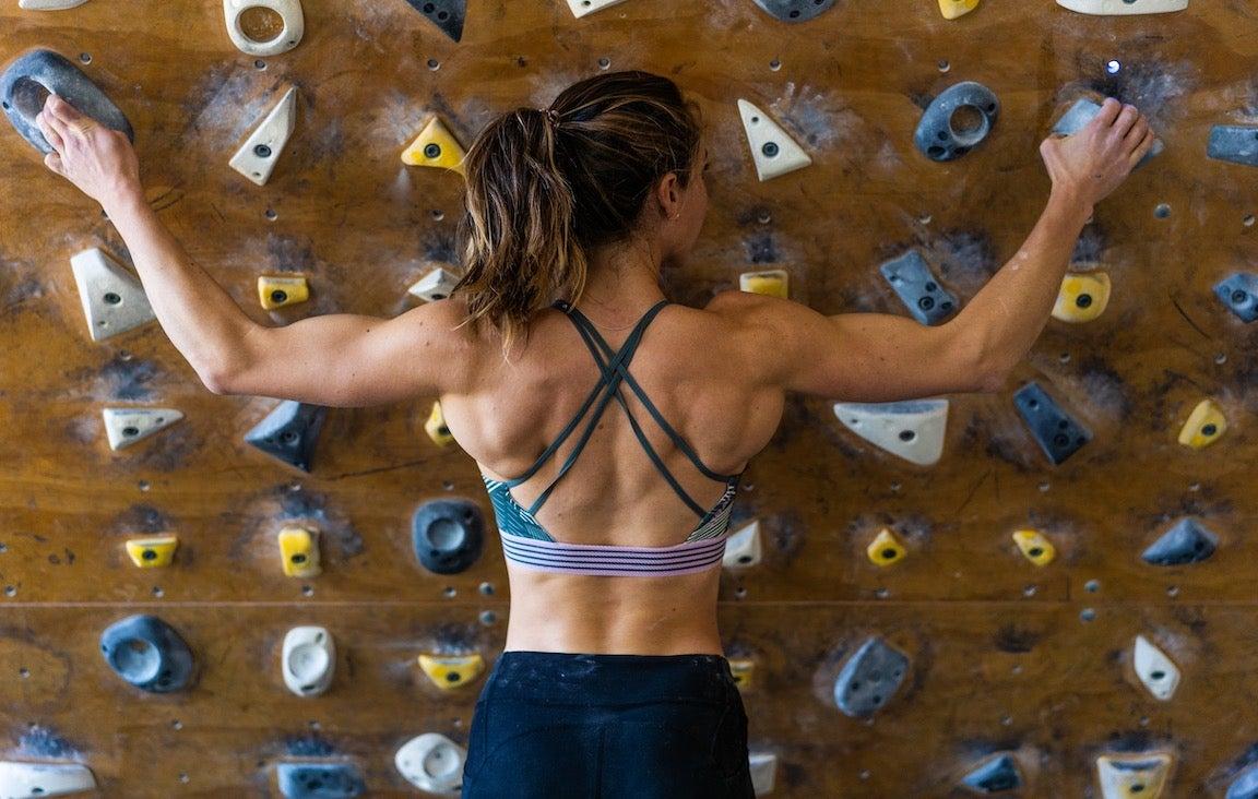 Nicole Mericle trepando por una pared de roca interior.