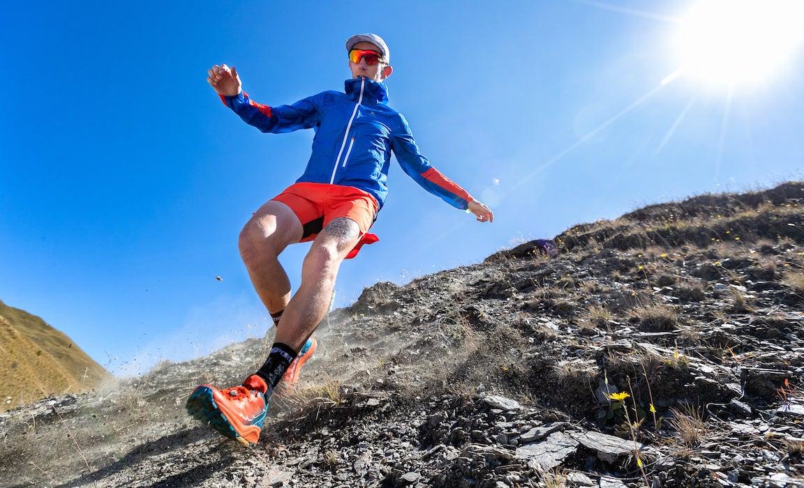 Scott Hawker corriendo por una colina rocosa en una carrera de trail, en la que corrió con poco kilometraje.