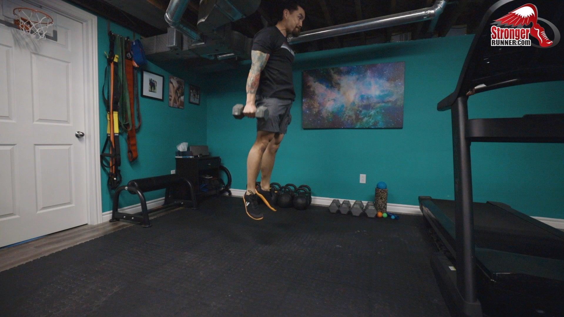 Hombre haciendo un salto vertical con mancuernas.