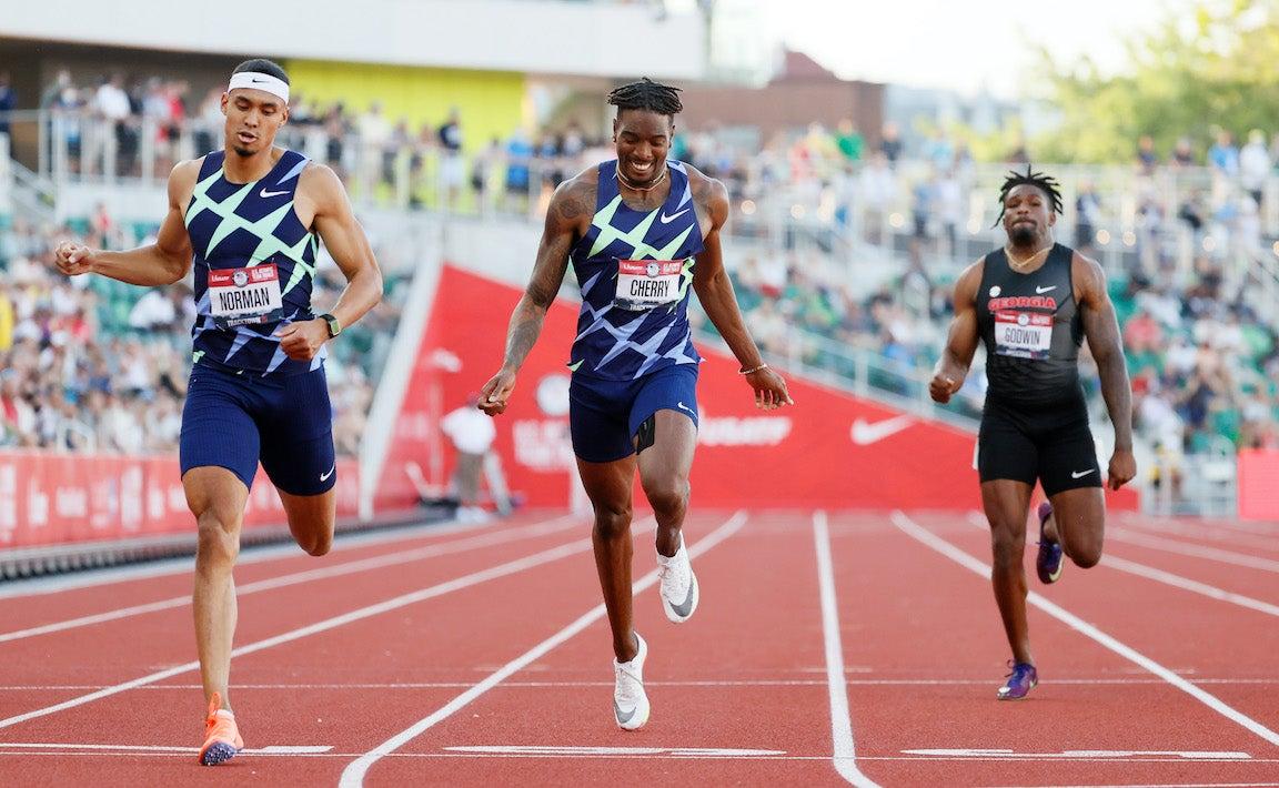 men crossing finish line in 400